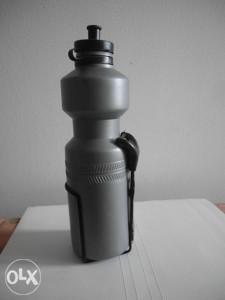 flaša za vodu sa držačem za biciklo ili motor