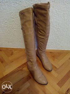 Zenske bez cizme iznad koljena