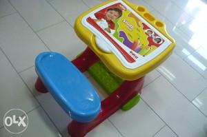 Stol stolica set sa priborom,bojicama,bojankom i slovima