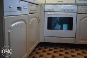 Kuhinja na kut bijela sa aparatima