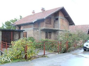 kuća (180m2) na parceli od 706m2-Hrasno brdo