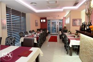 restoran namješten sa terasom