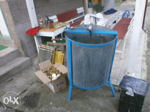 Pčelarska oprema (vrcaljka,topionik,dimikica i dr.)