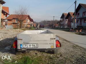 prikolica za auto sa naletnom kocnicom
