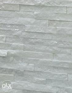 Bijeli dekorativni kamen sa efektom presijavanja