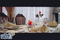 Vrhunsku ponudu halal hrane iz domaće  i mediteranske kuhinje i široka ponuda bezalkoholnog pića je prilagođena za pružanje usluga cateringa kod različitih svečanosti (rođendani, razne v